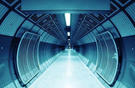 futuristico: Tunnel cilindrico per i pedoni, tonalit� blu. Archivio Fotografico