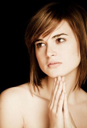 jeune fille adolescente nue: Young prier portrait de femme isol�e sur le noir