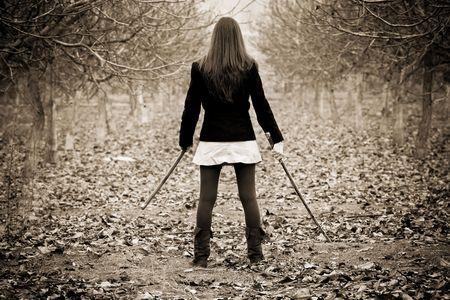 venganza: La mujer joven que sostiene la espada de Asia