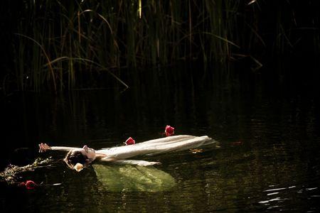 drown: J�venes ahogan la mujer en una representaci�n po�tica. Foto de archivo