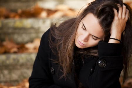 femme triste: Jeune fille r�fl�chie belle en arri�re-plan automne