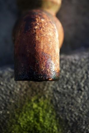oxidized: Tuber�a vieja oxidado por el agua y el tiempo