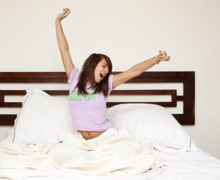 despertarse: Joven y bella mujer despertarse en la ma�ana