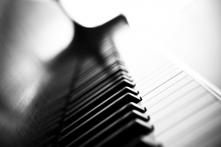piano: Piano zij aanzicht met sleutels verloren in het licht. Stockfoto