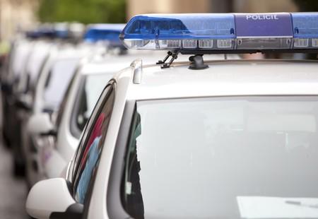 Detail von mehreren Polizeiautos hintereinander, seichte Tiefe des Feldes.