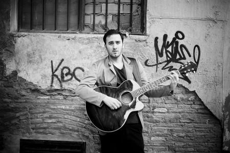 m�sico: Atractivo joven artista calle tocando la guitarra.  Foto de archivo