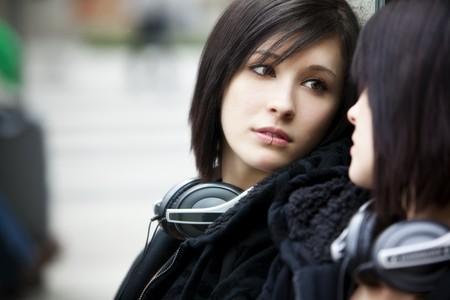 Junge schöne städtische Mädchen Blick auf den Spiegel.