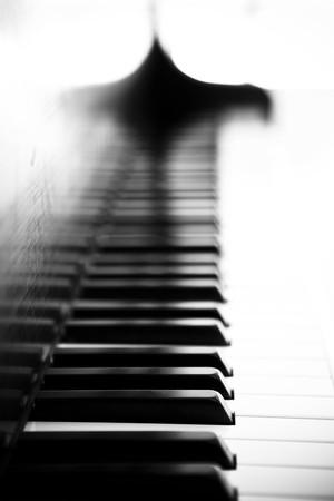 Piano Seitenansicht mit Schlüssel verloren im Licht.