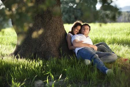 under the tree: Joven pareja hermosa bajo el �rbol.