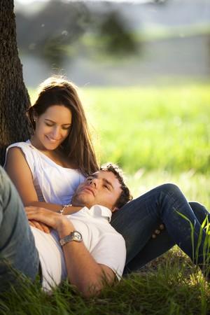 Jungen Verliebten paar genießen jedes andere outdoors