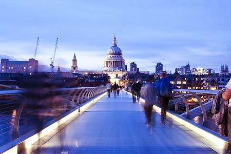Verschwommen Menschen auf die Millennium Bridge, London.