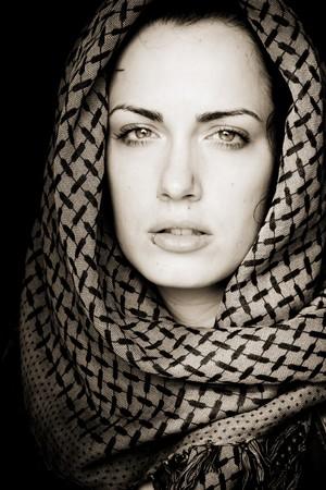 middle eastern clothing: Donna araba utilizzando velo con la sua bocca forati.
