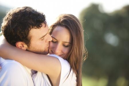 beso: Joven pareja hermosa en un beso en la mejilla dulce  Foto de archivo
