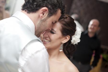 Braut und Bräutigam tanzen auf Ihre Hochzeit  Lizenzfreie Bilder