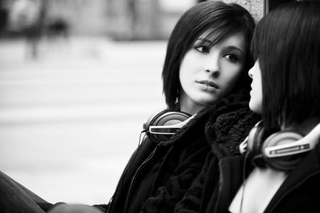 spiegels: Mooie stedelijke meisje op zoek naar spiegel