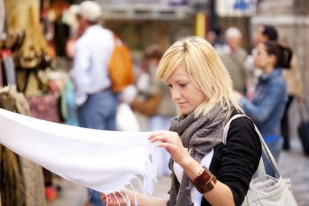 Young blond Girl shopping einige muslimischen waren.