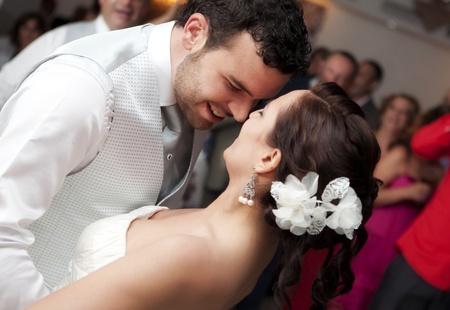 Braut und Bräutigam tanzen vor Ihren Freunden