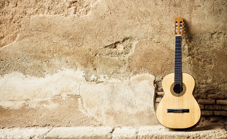 guitarra acustica: Guitarra espa�ola sobre la antigua muralla, copia espaciados. Foto de archivo