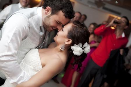 Braut und Bräutigam tanzen auf ihrer Hochzeit Lizenzfreie Bilder