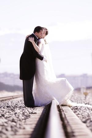 compromiso: Young s�lo se cas� con la pareja en la v�a de ferrocarril.