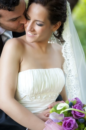 Groom kissing Braut an Ihrem Hochzeitstag.