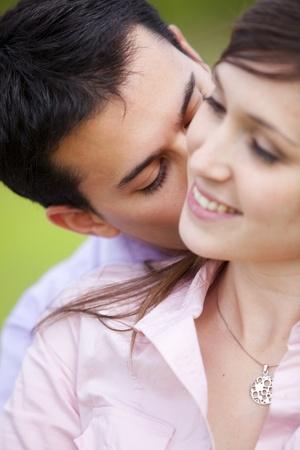 femme romantique: Jeune homme attrayant embrasser sa petite amie. Se concentrer sur lui.