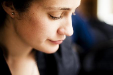 femme triste: Gros plan sur le profil de belle femme.