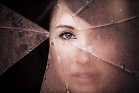 glasscherben: Frau durch schmutzige Glasscherben Lizenzfreie Bilder