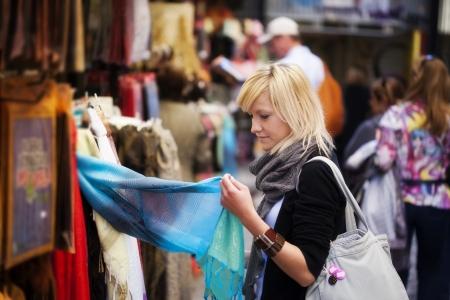 fille arabe: Jeune fille blonde achats des biens musulmans.