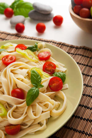 clave: Noodles with cherry tomatoes, green pepper and basil.