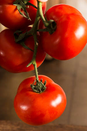 clave: Tomatoes over wood table after harvest Stock Photo
