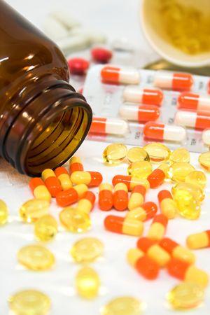 generic drugs: Particolare delle bottiglie della medicina con le pillole rovesciate.