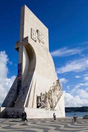 caravelle: Sea-D�couvertes monument � Lisbonne, Portugal. Navigateurs statues de pierre dans une caravelle.