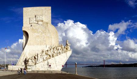 caravelle: D�couvertes-mer monument � Lisbonne, au Portugal. Navigateurs statues en pierre une caravelle.  �ditoriale