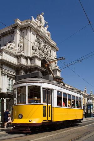 Tram tipici in Piazza Commercio, Lisbona, Portogallo