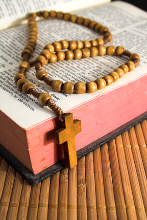 em: Bible with rosaries-beads crucifix
