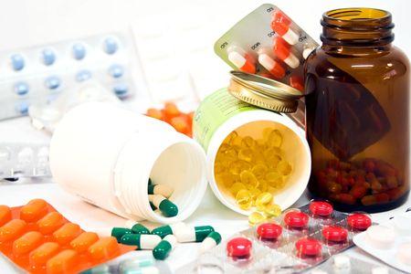 Dettaglio di medicina bottiglie fuoriuscito con pillole. Archivio Fotografico