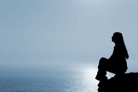 mujer meditando: Meditar silueta contra la mujer marino.  Foto de archivo