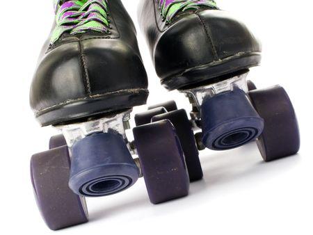 patinando: Retro patines aislados en fondo blanco