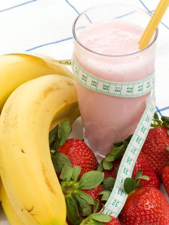 made to measure: Smoothie made with strawberries and bananas and a measure tape
