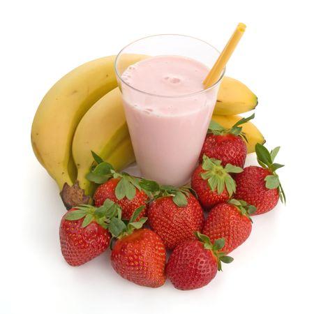 licuado de platano: Smoothie hecho con fresas y pl�tanos aislados en fondo blanco