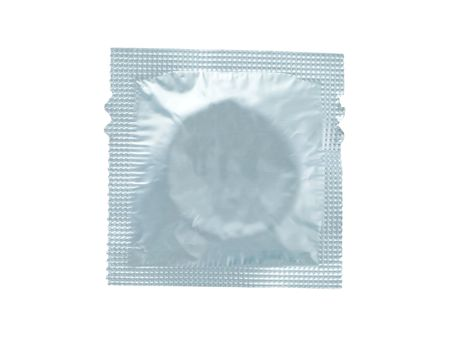 avvolto preservativo isolato su uno sfondo bianco