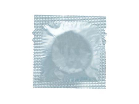 condones: envuelto cond�n aislado sobre un fondo blanco  Foto de archivo