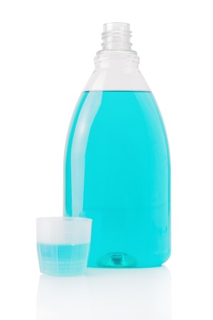 enjuague bucal: Colutorio botella aisladas sobre fondo blanco Foto de archivo