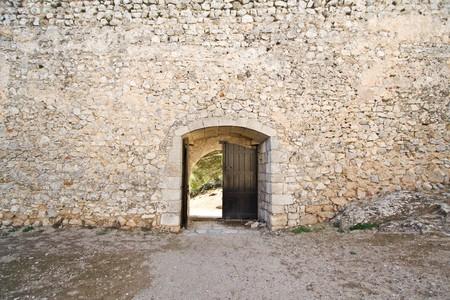 castillo medieval: Abrir puerta de castillo medieval en una muralla