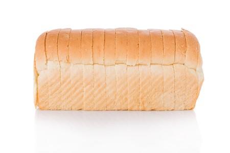 Pane a fette di pane isolato su sfondo bianco