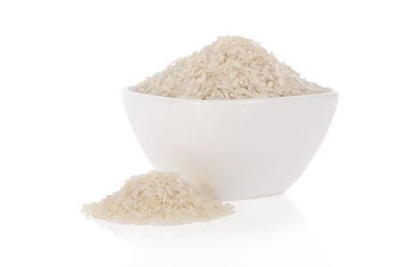 riso bianco: Riso lungo bianco in una ciotola isolato su uno sfondo bianco
