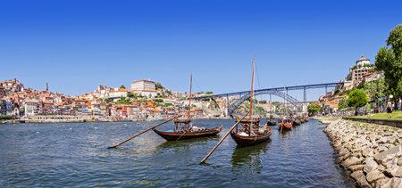 dom: Les bateaux Rabelo emblématiques, les transports traditionnels du vin de Porto, avec le district de Ribeira et le Pont Dom Luis I sur le Douro à Porto, Portugal Patrimoine de l'Unesco
