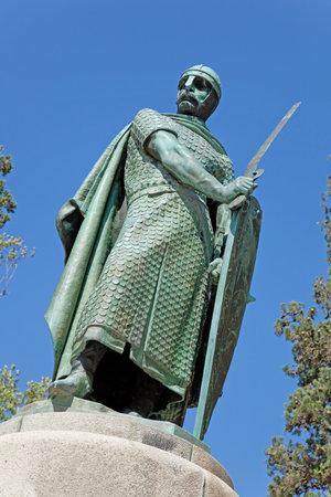 dom: Statue du roi Dom Afonso Henriques par la colline sacrée dans la ville de Guimaraes Le premier roi du Portugal dans le site du patrimoine mondial de l'UNESCO 12ème siècle