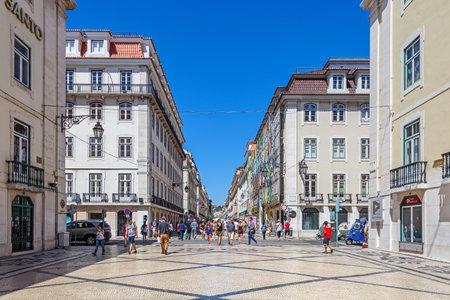 Permanent: Lissabon, Portugal. 31 augustus 2014: Augusta straat in de Binnenstad, bekend als Baixa. Beschouwd als de meest kosmopolitische straat van de hoofdstad, is permanent gevuld met Lisboans en toeristen Redactioneel